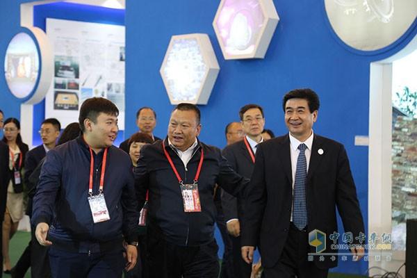 河南副省长何金平(右一)莅临铂骏展台