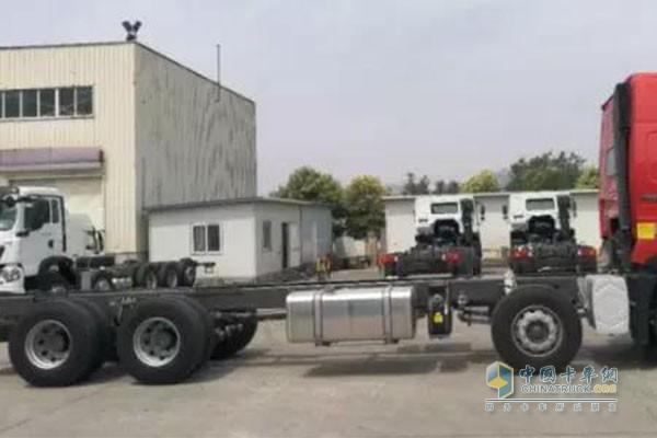 """重汽HOWO-T7H 8×4""""豪盈版""""载货车自重超低,动力高效匹配"""
