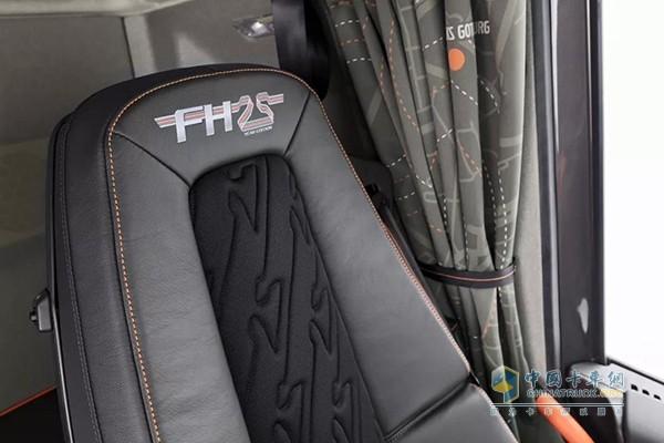 """座椅靠背上方的""""FH25周年""""字样"""