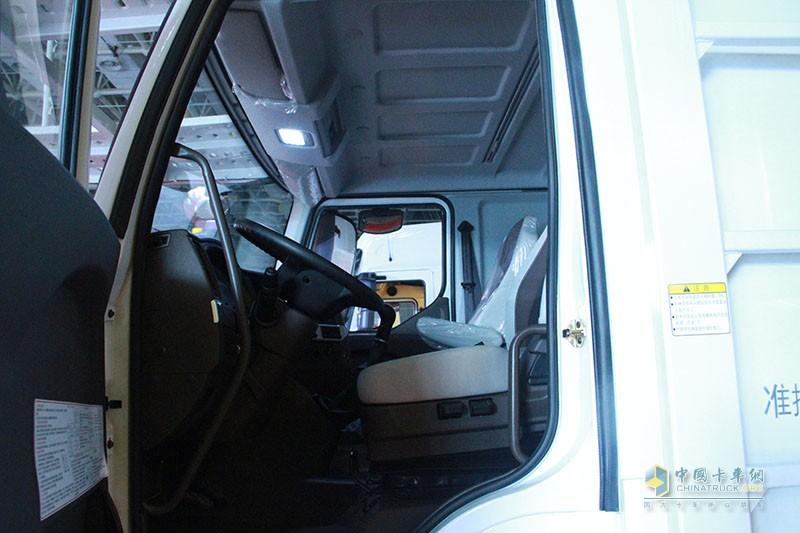 乘龙T5轿运车驾驶室