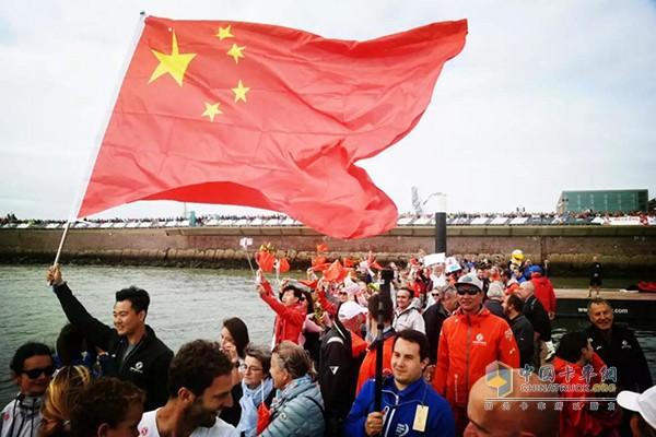 不少华人再岸边为东风对打气助威