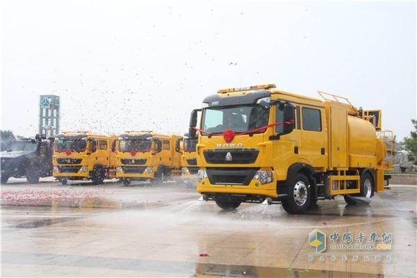 中国重汽HOWO欧六洗街车发车