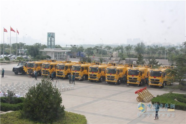 中国重汽HOWO欧六洗街车发车仪式现场