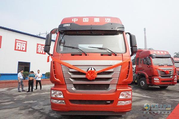 中国重汽50台豪瀚J7G天然气牵引车交付陕西海燕新能源(集团)有限公司
