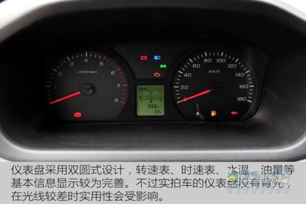 右侧是车速表,中间液晶显示屏可显示油耗,里程,燃油量,水温等信息.
