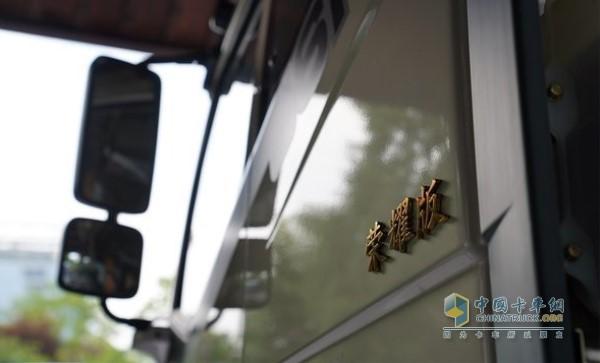 一汽解放J6车门荣耀版标志
