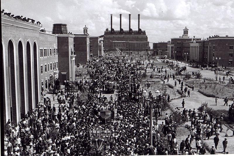 1956年7月14日,职工欢呼第一批解放车出厂