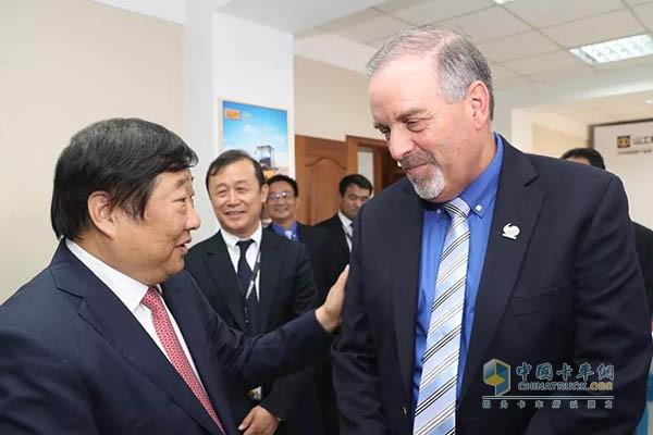 签约仪式前,谭旭光与卡特彼勒土方事业部全球运营总监Ed O