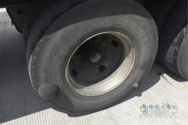 卡车轮胎鼓包