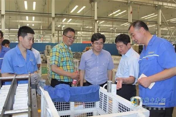 中国重汽集团济南动力事业部参观了渤海活塞生产车间