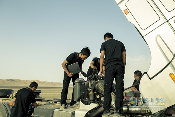 工作人员实时观察车辆状态并记录车辆数据