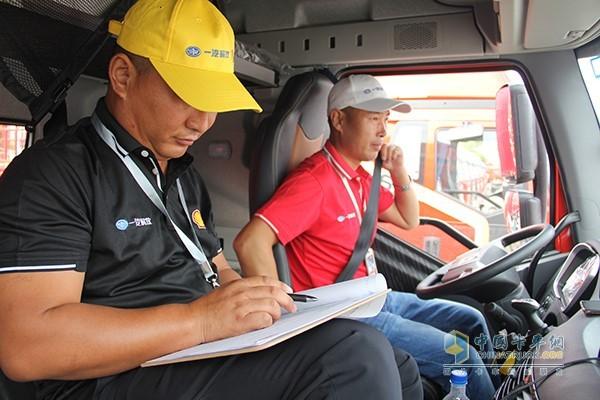 上车第一件事系好安全带,随车裁判开始监督行驶过程
