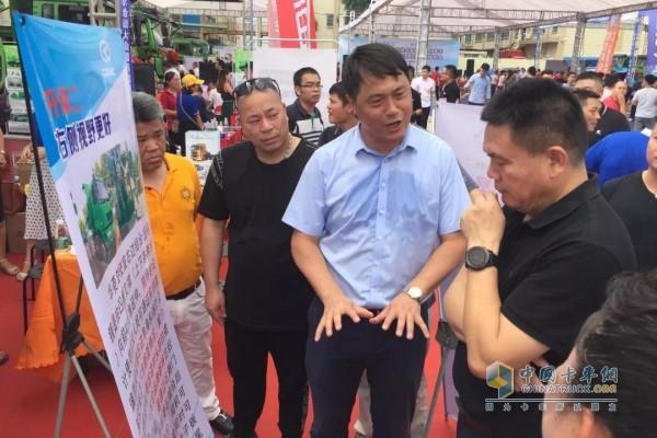 华菱星马汽车集团副总经理何晓生亲临现场向客户推介