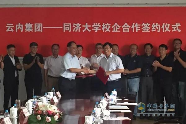 云内集团总经理杨永忠与汽车学院院长、党委副书记张立军签校企合作协议
