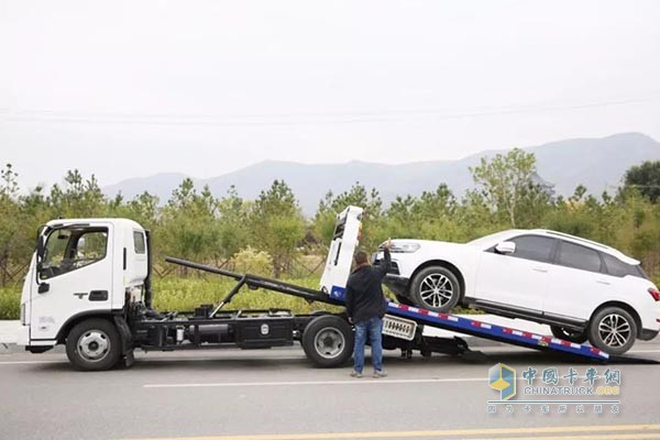 欧马可清障车产品应用于实际作业