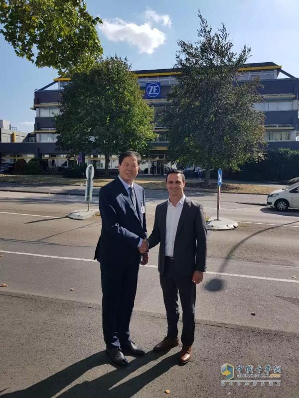 山东浩信集团董事长吕继贤与采埃孚高层领导握手