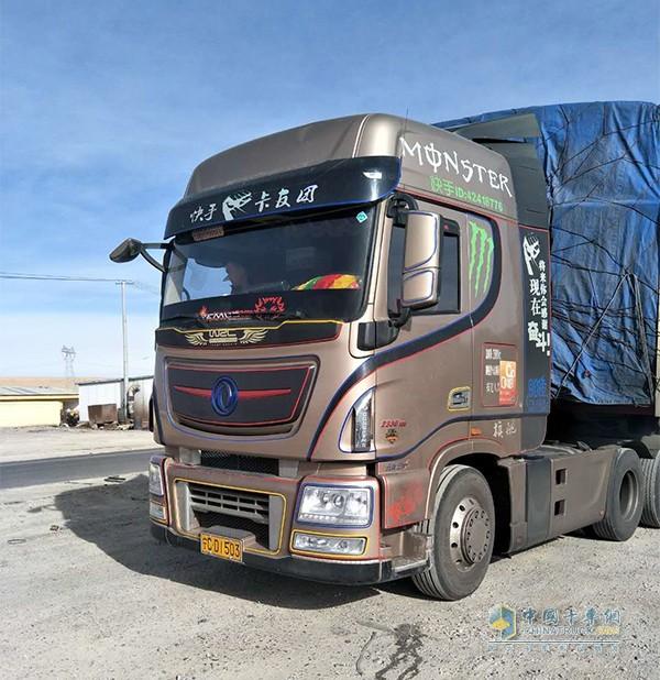 这辆搭载东风康明斯ISZ动力的天龙旗舰卡车就是海宗鹏的座驾