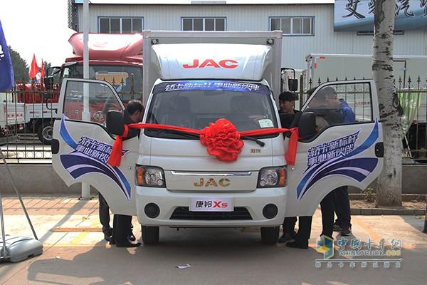 何俊与其他用户在发布会现场体验江淮轿卡X5新车