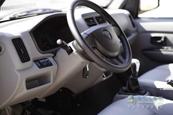 祥菱V1驾驶室整体简洁舒适