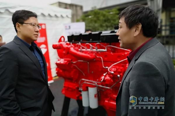 东风康明斯副总经理王春光与客户在ISZ展机前交流