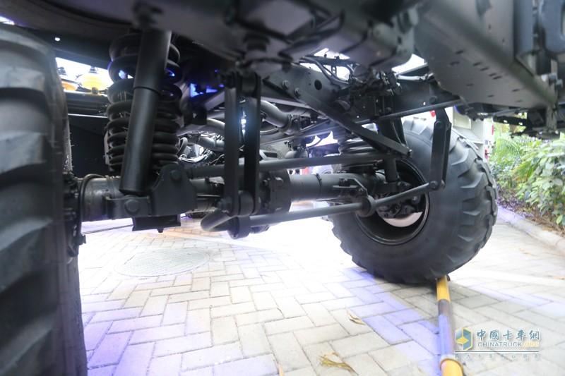 另一个乌尼莫克标志性的技术就是门式桥,从照片中我们可以看出,传动轴线位于轮胎线上方