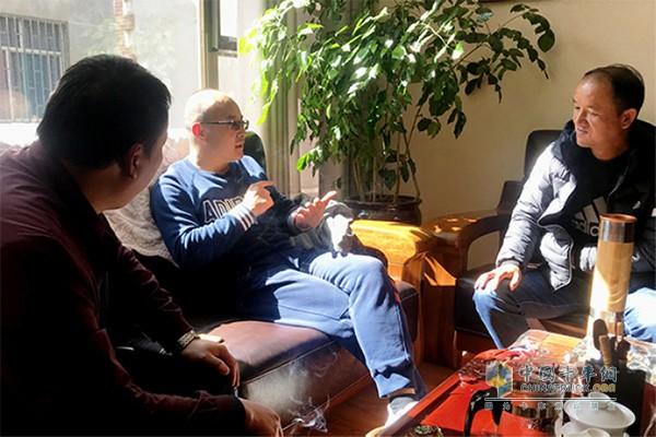 李文喆总经理跟员工讨论一汽解放