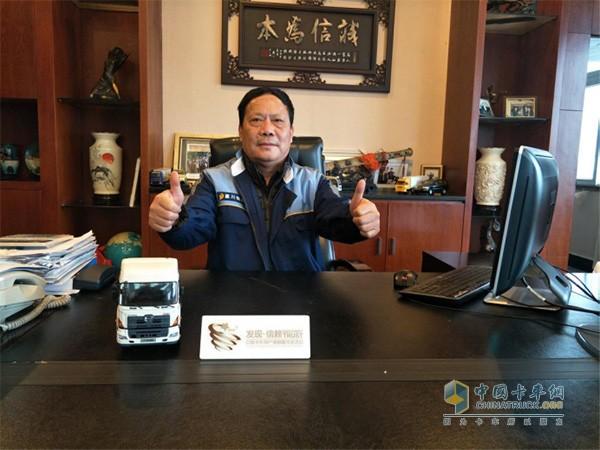 ?重庆嘉川董事长尹诗品 桌上放着珍藏的广汽日野车模