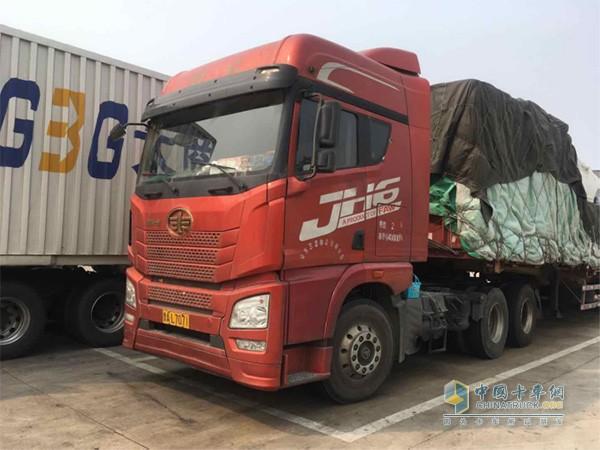 王震驾驶的搭载锡柴奥威发动机的解放JH6