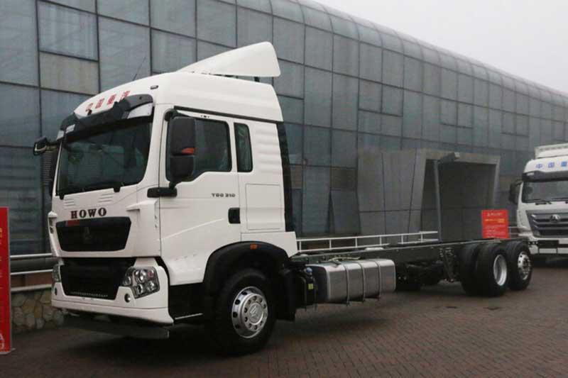中国重汽 HOWO T5G重卡 340马力 4X2 中置轴载货车