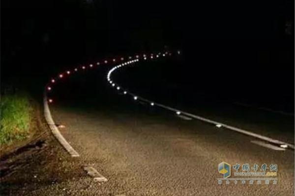 驶经弯道和不易看清的地方更应降低车速