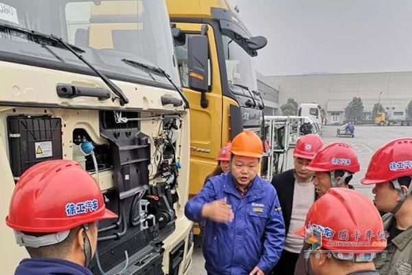 在徐工自卸车平台代表的带领下参观厂区,深入了解产品性能