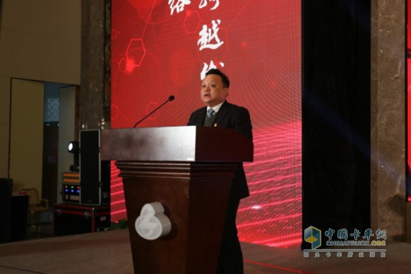 东风柳汽总经理宣颖宣读在销售上表现突出的单位