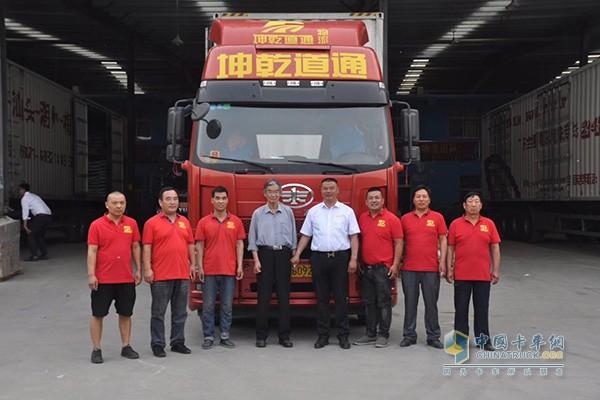 耿开学、同事和搭载锡柴发动机的解放卡车