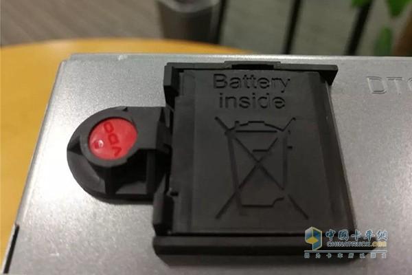 红色的按钮装塑料帽就是一次性的封条,如果有人动了封条就是违法