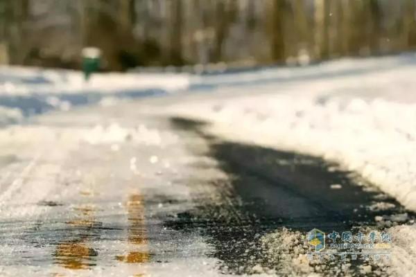 气温降低路面湿滑