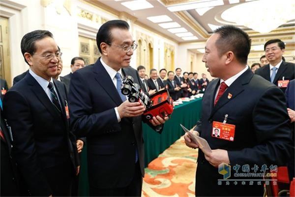"""为中国制造""""加油""""  总理手中的中国红-东风天龙旗舰"""