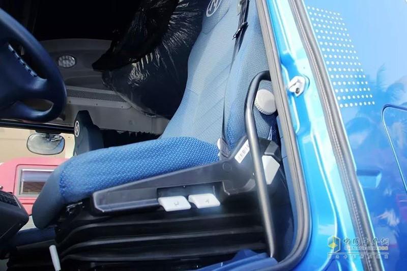 上汽红岩 杰狮C500e重卡 560马力 6X6 AMT自动挡牵引车