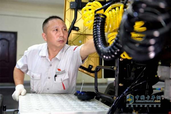 王建清正在检修东风卡车
