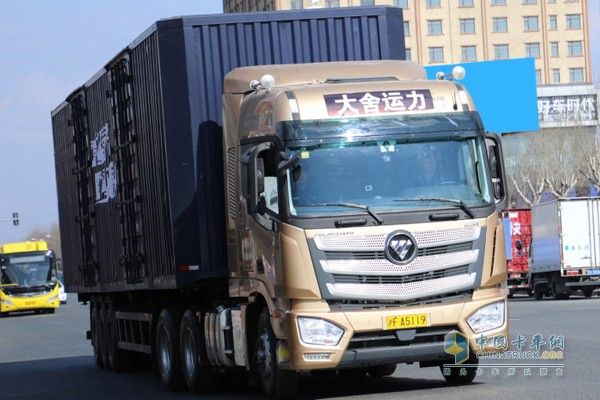欧曼超级重卡发车行驶在路上