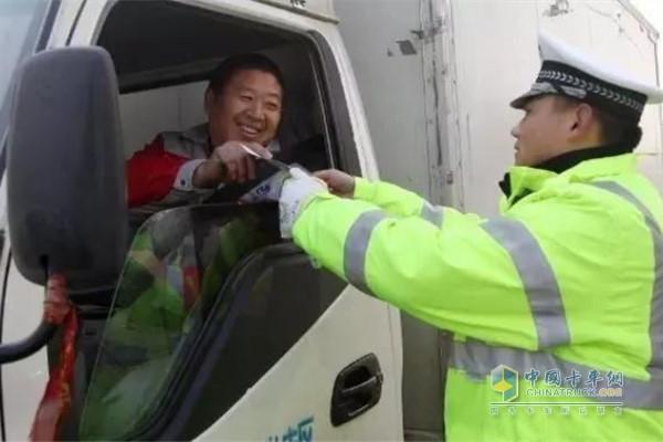 对货车司机进行抽查