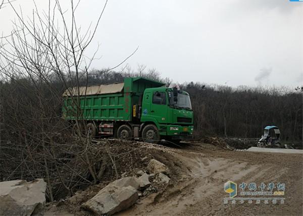 华菱星马自卸车跑碎石路、泥泞路等复杂路况很轻松