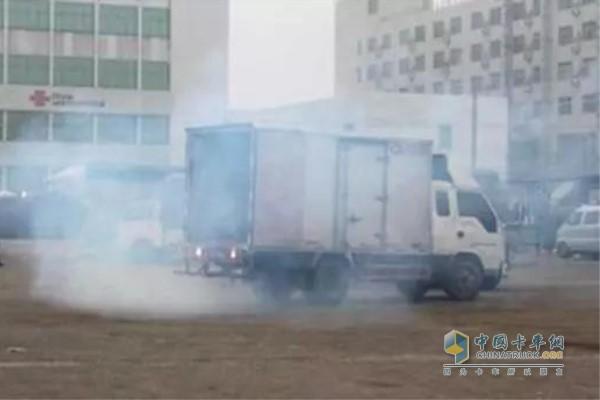 卡车冒白烟