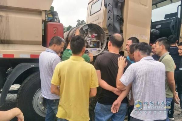中集联合卡车工作人员向在座的司机朋友们示范了新型渣土车的驾驶操作和驾驶规范