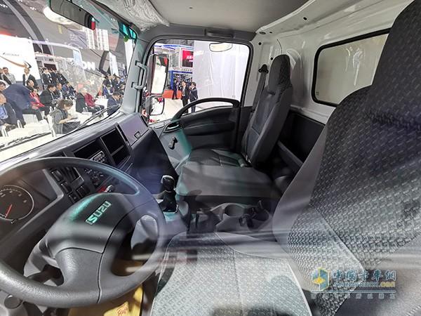 驾驶室可乘坐三人内饰做工简洁扎实