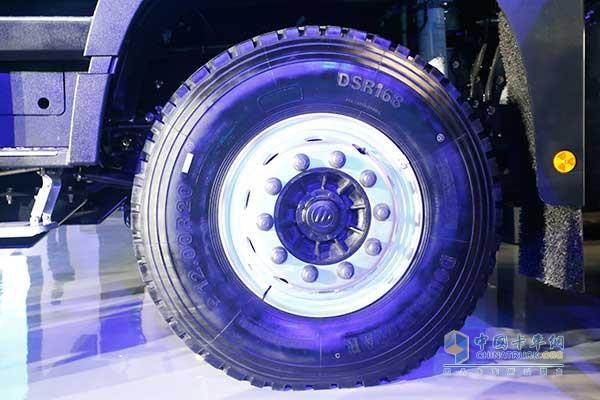 工程专用的大块花纹轮胎