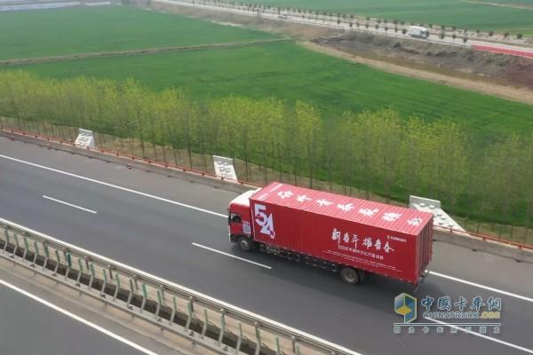 东风多利卡行驶在高速公路上