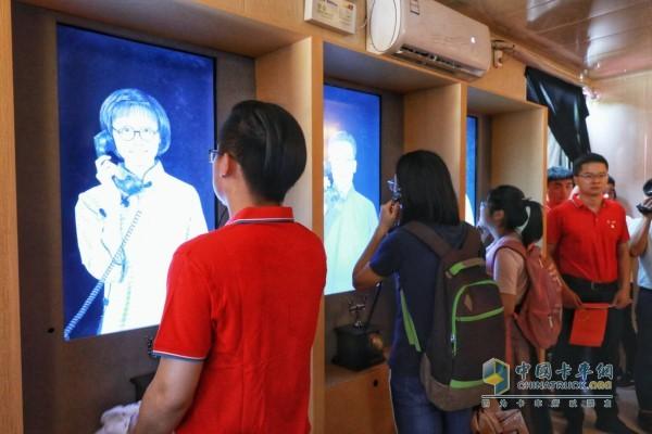 参观者们参与轻松愉悦的活动体验