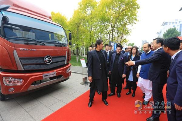 巴基斯坦总理一行在时代样车前进行合影