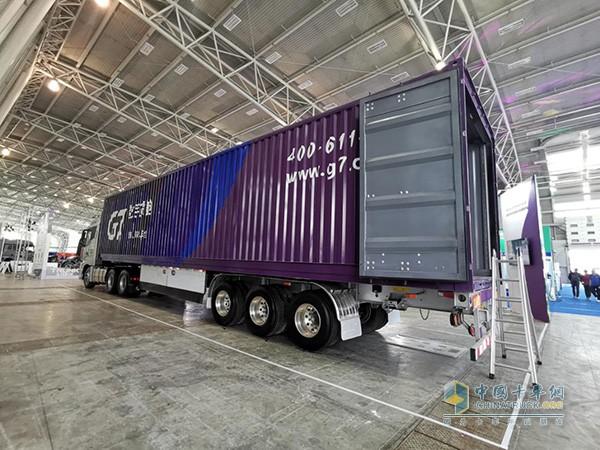 现场展示的45尺3轴双胎钢铝混合骨架+铝箱自重仅8.2T,容积132m³