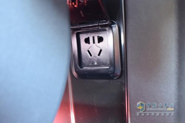 副驾座椅后和mini厨房侧面各有一个220V电源插口